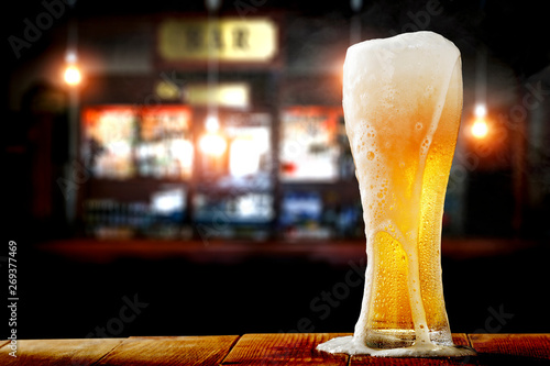 Photo sur Toile Biere, Cidre Cold beer in glass and bar background