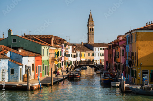 Fotografía  Colorful houses overseeing canals with boats and gas station