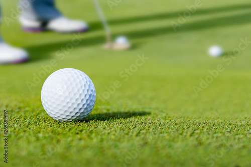 新緑のグリーンのゴルフ場