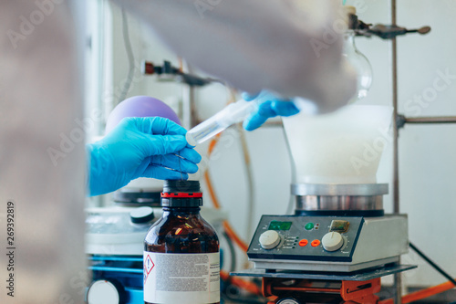 Fotografia  Scientist conducting an experiment in a lab
