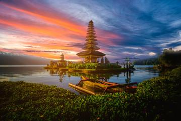 Pura Ulun Danu Bratan, hinduska świątynia z łodzią na Bratan jeziora krajobrazie przy zmierzchem w Bali, Indonezja.