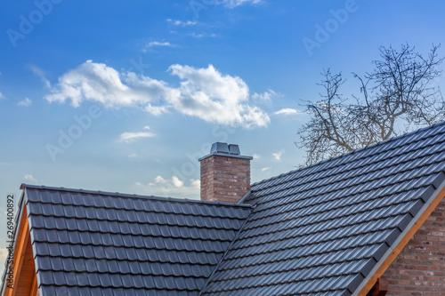 Fotografía Schornstein mit Kappe auf einem Dach