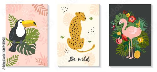Plakat wektor zestaw tropikalnych zwierząt i liści palmowych. Idealny na plakat, druk, karty, koszulkę i inne
