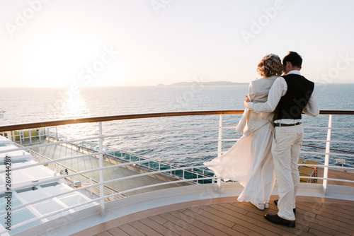 Fotografia  Young beautiful couple on the deck of a cruise liner in the sea