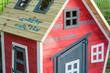 canvas print picture - Buntes Spielhaus aus Holz mit den Vornamen der Kinder eines Kindergartens