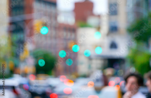 Fotografiet  New York city street with traffic lights cars and buildings blurred with bokeh