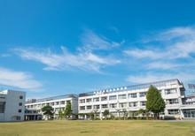 学校の校舎と校庭
