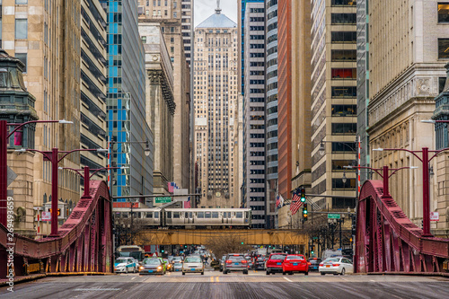 Fotografie, Tablou Scene of Chicago street bridge with traffic among modern buildings of Downtown C