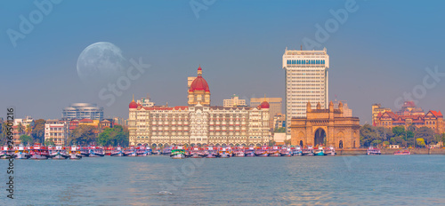 Fotografia  The Gateway of India and boats as seen from the Harbour - Mumbai, India