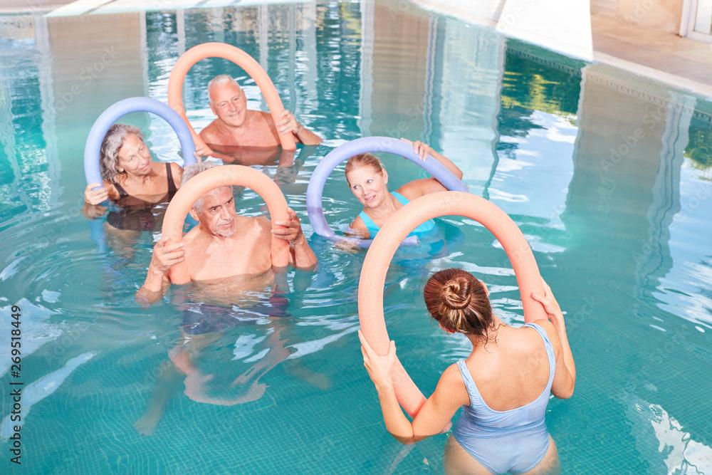 Fototapeta Senioren Gruppe macht Wassergymnastik