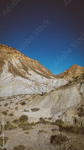 Photo Hombre en el desierto de tabernas de almeria