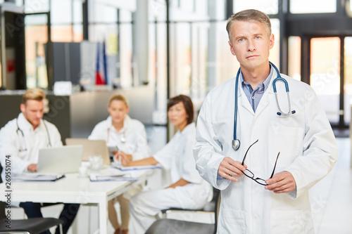 Cuadros en Lienzo  Kompetenter Oberarzt vor seinem Klinik Team