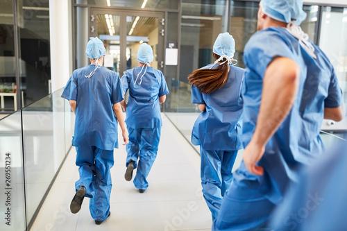 Fotografía  Notfall Ärzte Team läuft hektisch zum Einsatz