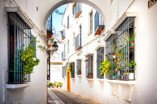 cordoba-stara-typowa-ulica-w-juderii-z-roslinami-i-kwiatami-andaluzja-hiszpania