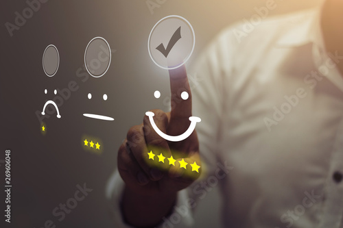 Fotografía  Businessman pressing smiley face emoticon on virtual touch screen