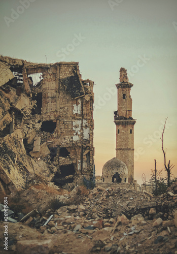Obraz A destroyed mosque in the city of Aleppo in Syria after the war - fototapety do salonu