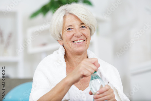 Fotografia  middle-aged woman drinking water after sport