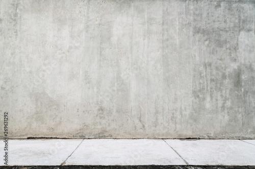 Empty grunge wall with a white sidewalk. Fototapet