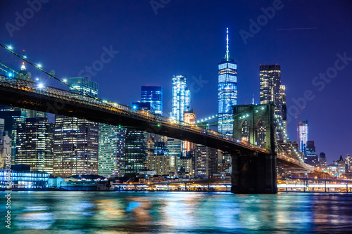 Obraz Brooklyn Bridge at Night with Water Reflection, New York City Skyline - fototapety do salonu