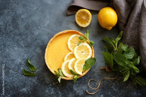 Fotografia Traditional french lemon tart. View from above