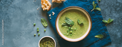 Green pea cream soup with mint. Vegetarian healthy soup Canvas-taulu