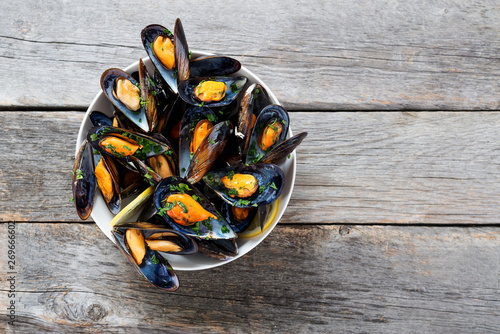 Canvastavla Delicious seafood mussels with  parsley sauce and lemon.