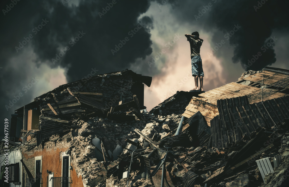 Fotografía  Homeless little boy watching destroyed houses and bombarded city.