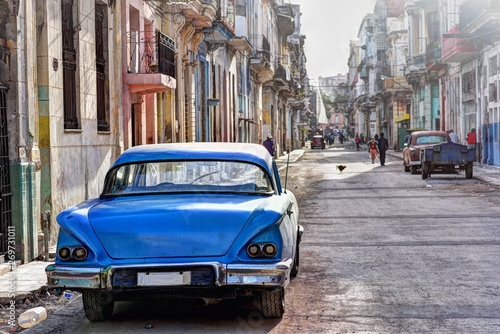 Canvastavla Rear view of the old blue car parked on the street in Havana Vieja, Cuba