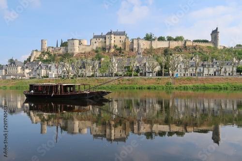 Cuadros en Lienzo Chinon, panorama sur la ville et son reflet sur la Vienne, avec un bateau tradit