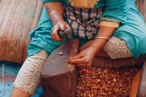 Photo Woman making argan oil by hand craft