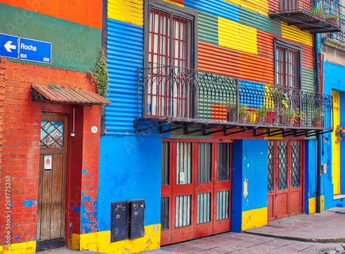 Spoed Fotobehang Buenos Aires Buenos Aires, Argentina-September 15, 2018: Colorful buildings of El Caminito, a street museum and a traditional alley frequented by tourists, located in La Boca, a neighborhood of Buenos Aires