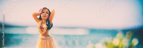 Hula tancerza lalki dziewczyny Hawaje sztandaru hawajczyka tło - rocznik retro pamiątkarska ikona dla wycieczka samochodowa wakacje pojęcia. Baner z panoramicznym oceanem na plaży.