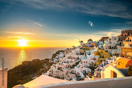 Foto auf Gartenposter Santorini Famous Sunset at Oia of Santorini. One of the most beautiful travel destinations