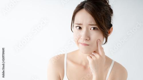 Fotografía  お肌をチェックする女性