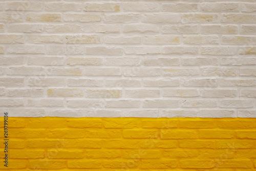 Photo  白と黄色のブロック壁