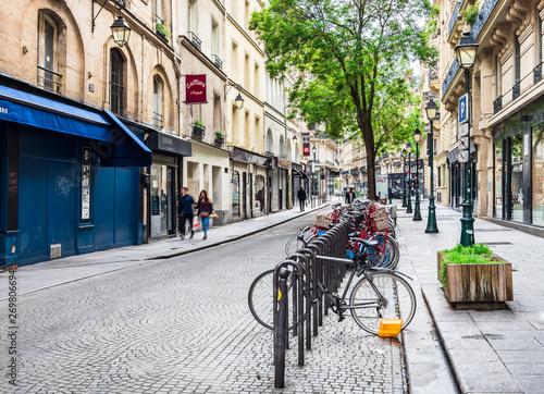 Montage in der Fensternische Paris パリの街角