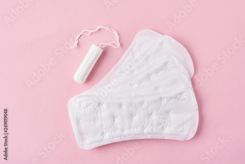 Fotografia  Sanitary pad and menstrual tampon on a pink background