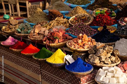 Canvas-taulu Venta de especias y otros productos en el zoco de Marrakech.