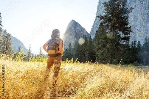 Montage in der Fensternische Honig Happy hiker visit Yosemite national park in California