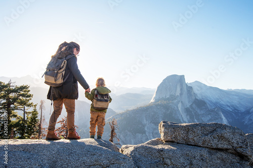Photo  Mother with  son visit Yosemite national park in California