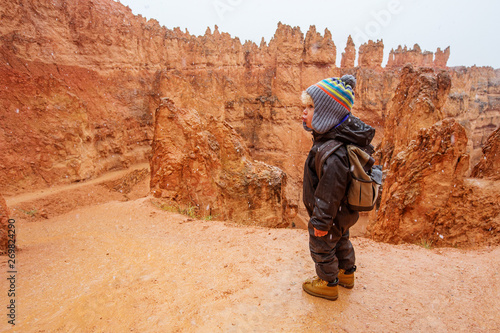 Photo Boy hiking in Bryce canyon National Park, Utah, USA