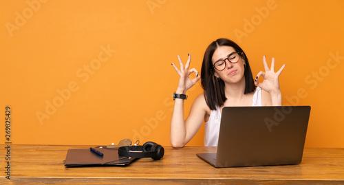 Fotografía  Business woman in a office in zen pose