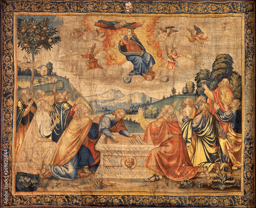 Fotografering COMO, ITALY - MAY 8, 2015: The tapestry of Assumption of Virin Mary in The Cathedral (Duomo di Conmo) from 16