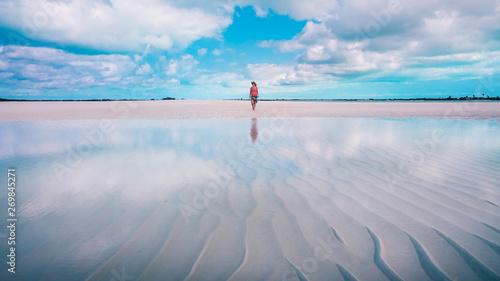 Fotomural  Woman walking on the sandbar at the Exumas, the Bahamas.