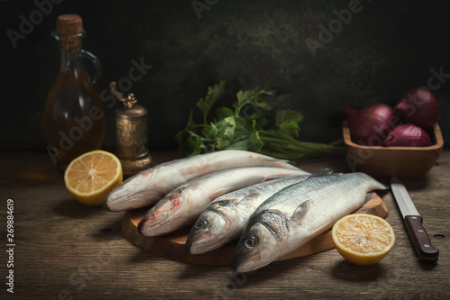 Fotografía  still life with fresh fish and ingredients for cooking