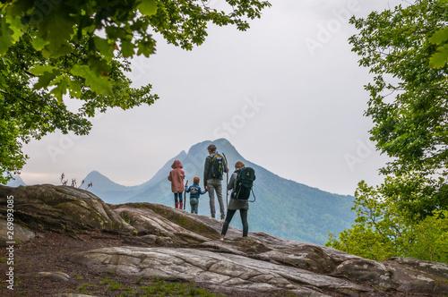 famille en randonnée en montagne Fototapet