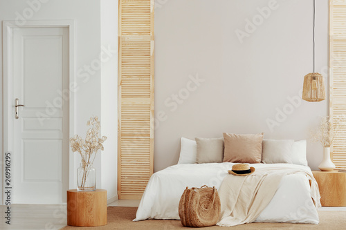 Fotografía  King size bed with white and beige bedding in stylish bedroom, copy space on emp