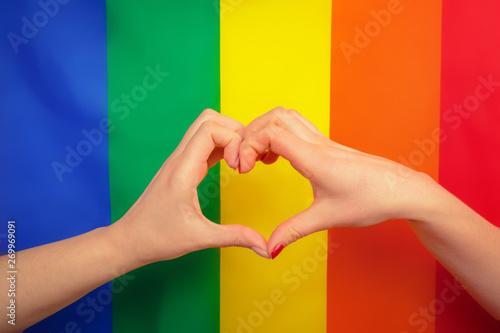 Fotografía  Hand making a heart sign with gay pride LGBT rainbow flag