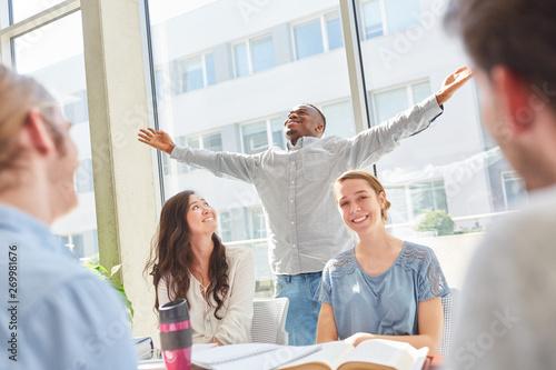 Student freut sich über bestandenes Examen Fototapete