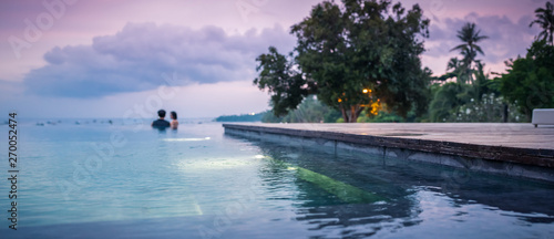 détente du couple dans la piscine Wallpaper Mural